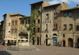 Toskana – Kultur und La Dolce Vita, Piazza della Cisterna, Brunnen, San Gimignano