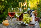 Auf einen schönen Urlaub! Lassen Sie sich den Wein der Region schmecken.