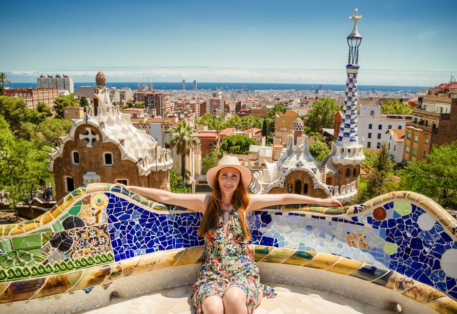 Auch den farbenfrohen Park Güell in Barcelona sollten Sie sich nicht entgehen lassen.