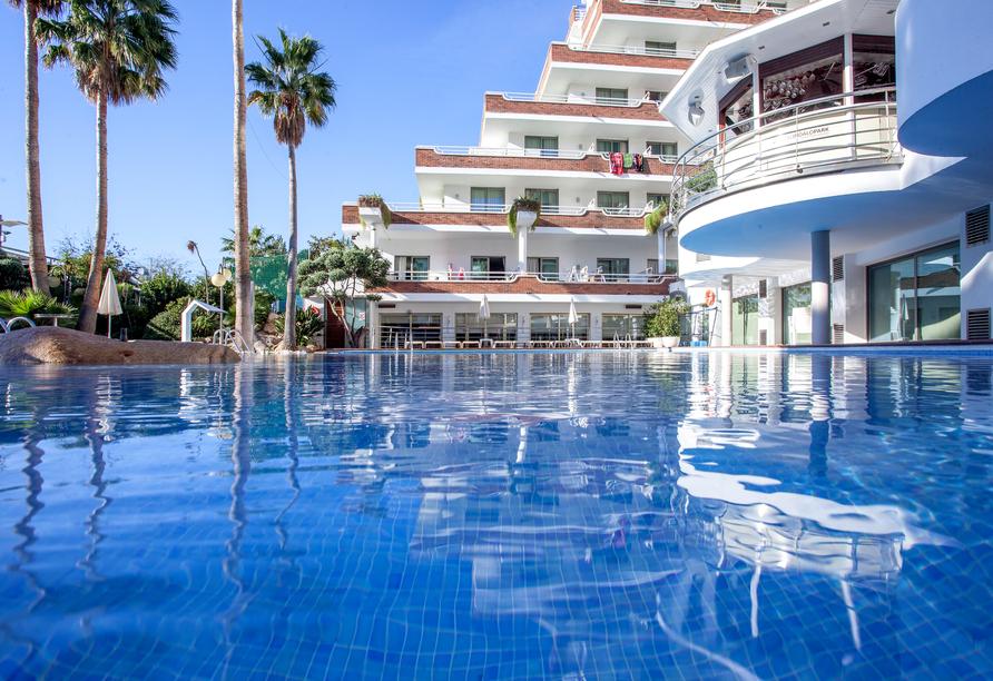 Entspannen Sie im Außenpool des Hotel Indalo Park.
