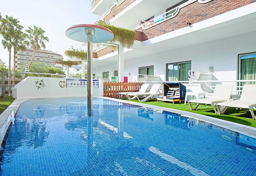 Insgesamt verfügt das Hotel über zwei Außenpools mit Sonnenterrasse, -liegen und -schirmen.