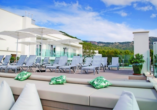 Genießen Sie den Blick von der Dachterrasse und entspannen Sie auf den kostenfreien Liegen.