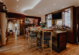 Genießen Sie Ihren Aufenthalt im charmanten Ambiente von Bar und Restaurant.