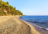 Entspannen Sie am rund 600 m entfernten Kriopigi-Strand.