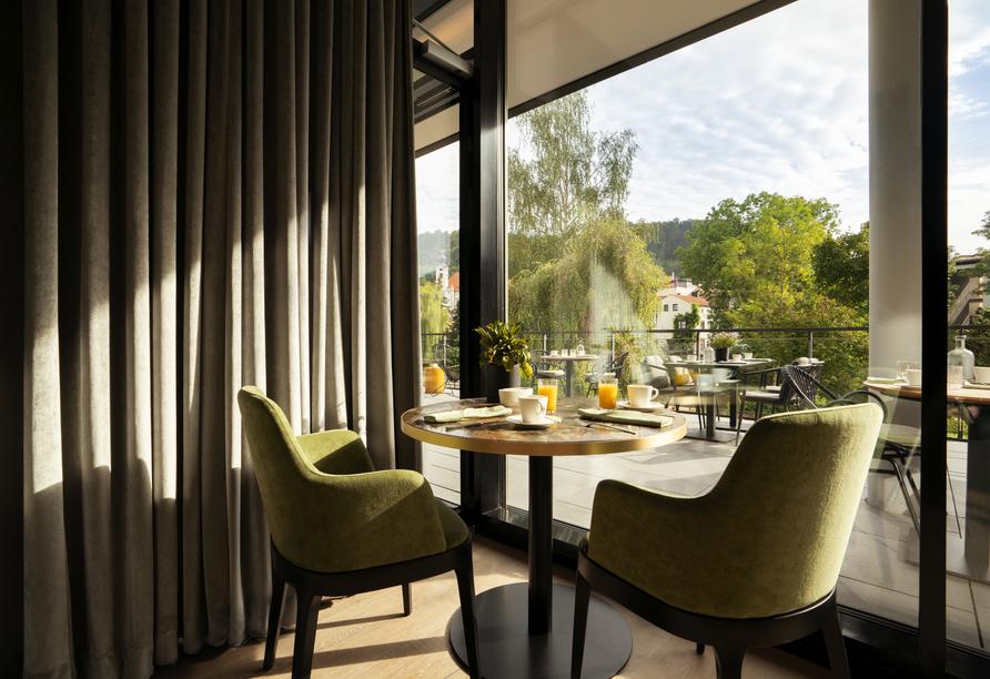 Die Restaurantterrasse bietet einen schönen Blick in die Natur.