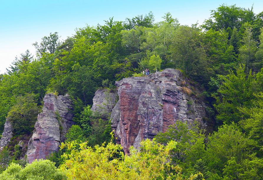 Der Falkenstein-Felsen ist ein beeindruckender freistehender Felsen in Bad Herrenalb.