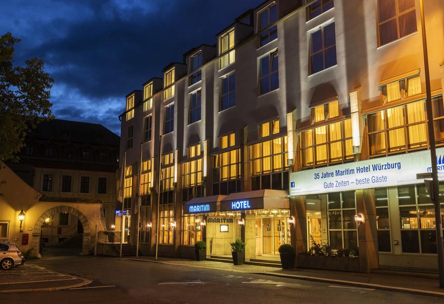 Außenansicht des Maritim Hotel Würzburg am Abend