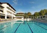 Ziehen Sie entspannt Ihre Bahnen im Außenpool des Hotels San Panteleimon.