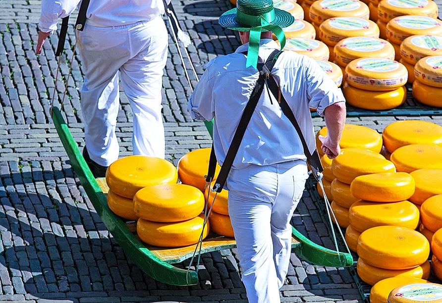 Bestaunen Sie das traditionelle Treiben auf dem Käsemarkt.