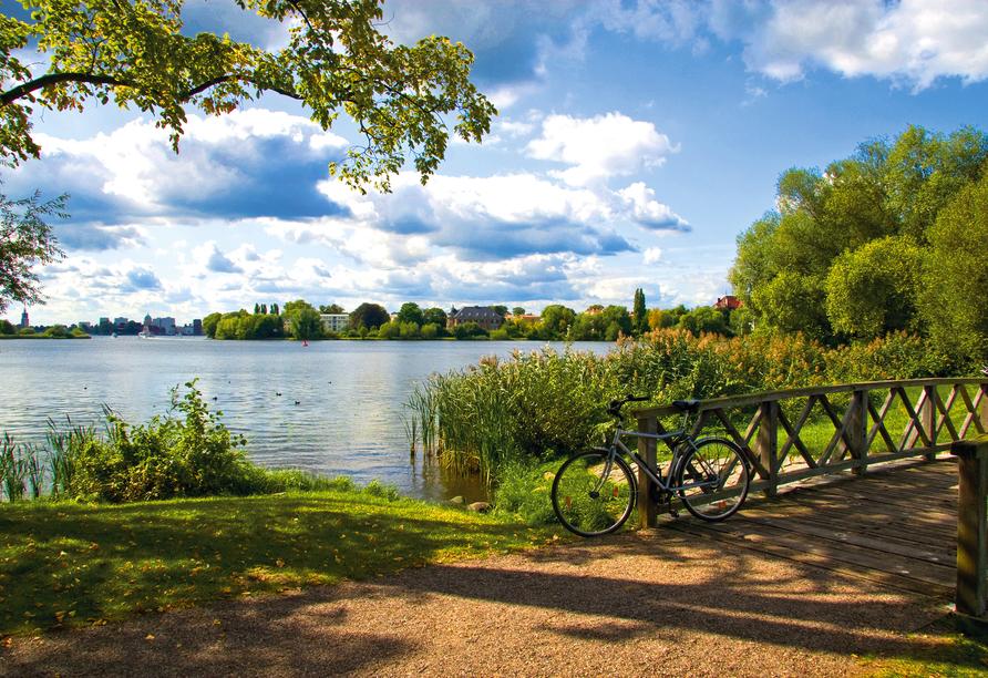 Traumhafte Ausblicke und wunderschöne Seen erwarten Sie während der Radrundreise.