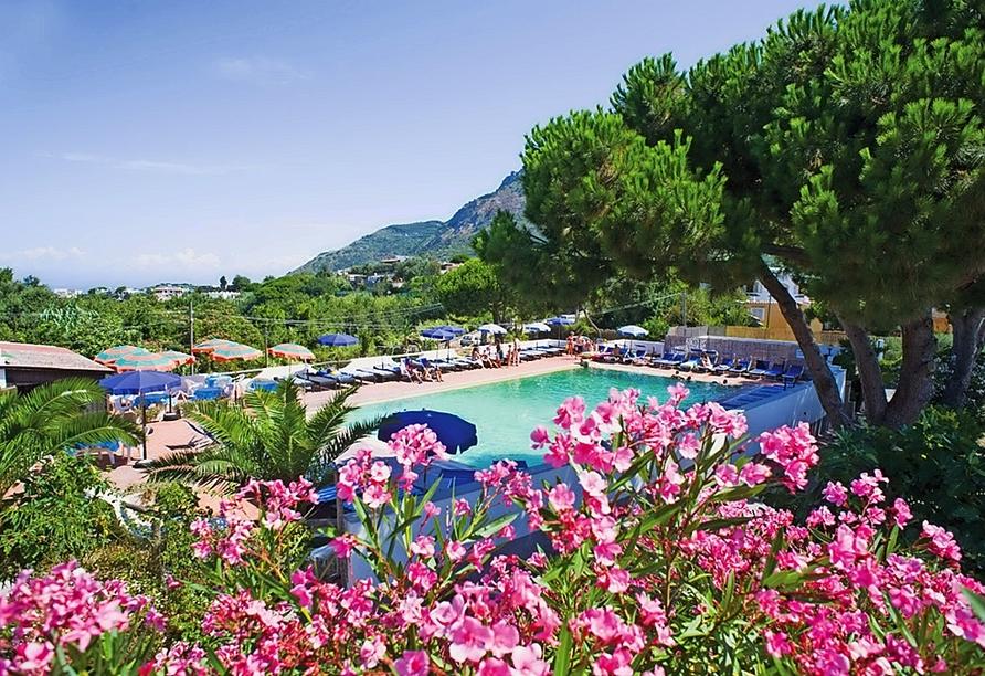 Lassen Sie sich von der Wärme der italienischen Sonne am Außenpool des Hotels Al Bosco Terme in Panza verwöhnen.