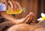Bei verschiedenen Wellnessanwendungen und Massagen können Sie so richtig relaxen.