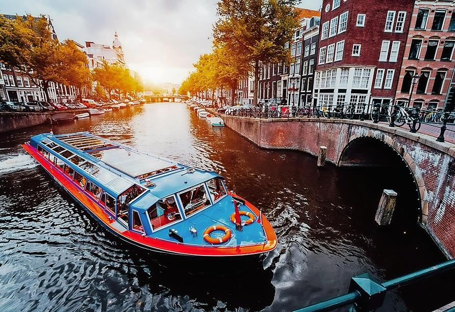 Unternehmen Sie eine Grachtenfahrt in Amsterdam.