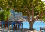 Gemütliche Tavernen laden zu lauschigen Stunden am Meer ein.