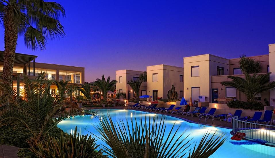 Der Außenpool des Hotels Meropi ist am Abend schön beleuchtet.