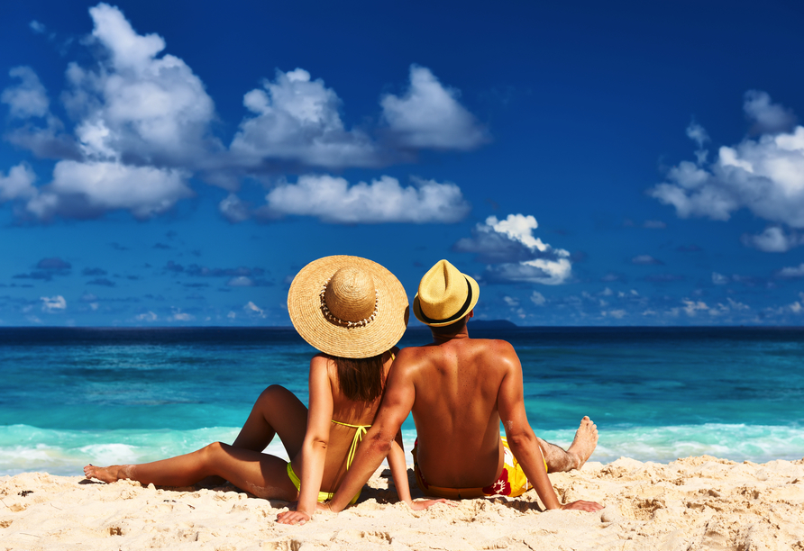 Hotel Apollonia Beach Resort & Spa in Amoudara, Paar am Strand