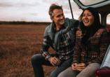 Kultur & Natur im Osten von Deutschland, Paar mit Auto