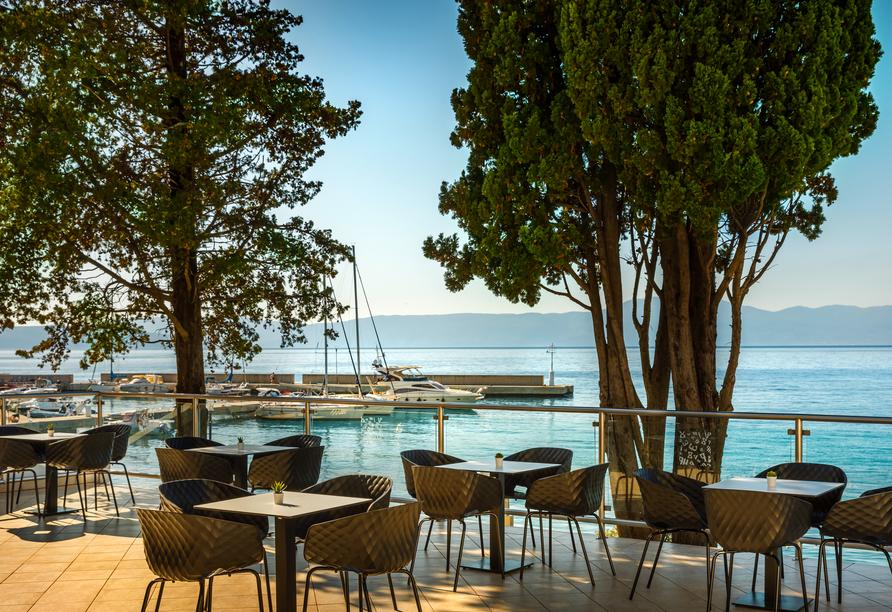 Hotel Aminess Veya in Njivice, Kroatien, Terrasse