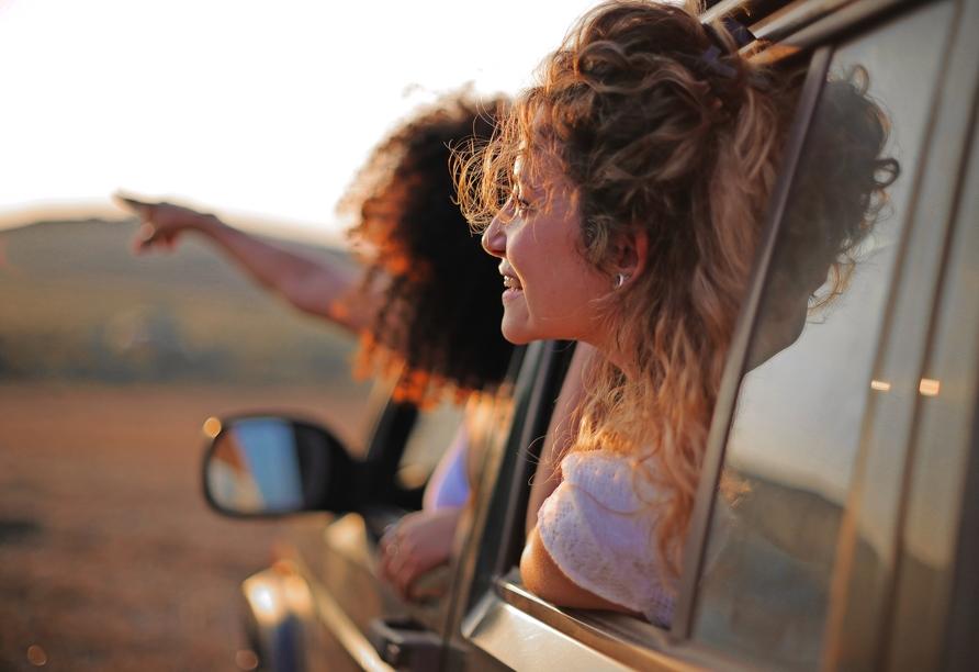 Rundreise Italien Toskana, Paar im Auto