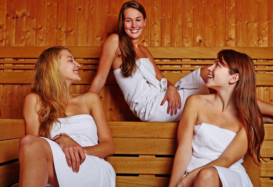 Lassen Sie in der Sauna ganz entspannt die Seele baumeln.