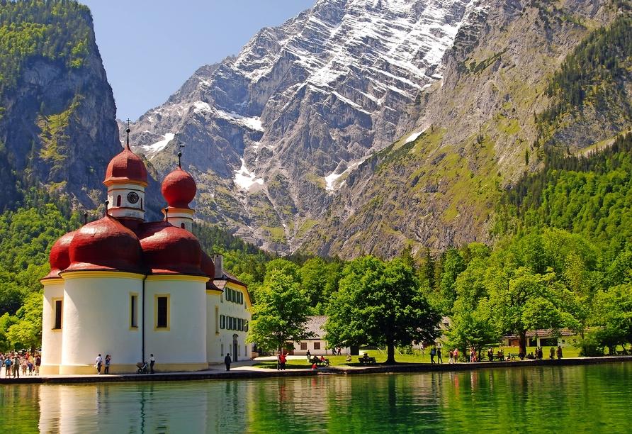 Am Königssee können Sie die Wallfahrtskirche St. Bartholomä bestaunen.