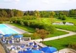 Von der Terrasse aus können Sie auf den Außenpool und den Golfplatz schauen.