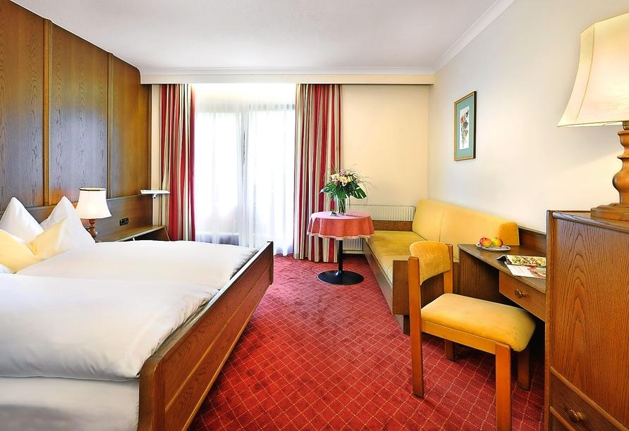 Beispiel eines Doppelzimmers mit Balkon im Hotel St. Hubertus in Lofer
