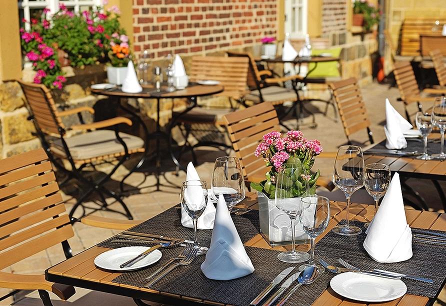 Genießen Sie köstliche Gerichte auf der Terrasse des Klosterstübchens.