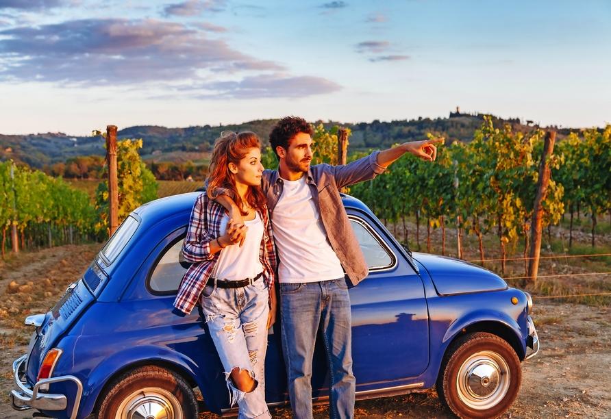 Mietwagenrundreise Norditalien, Paar mit Mietwagen