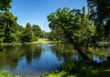 Natur pur mitten in der Stadt. Schlendern Sie entspannt durch den Englischen Garten in Meiningen.