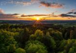 Wanderer, die bis in die Abendstunden unterwegs sind, werden mit wunderschönen Sonneuntergängen über dem Thüringer Wald belohnt.