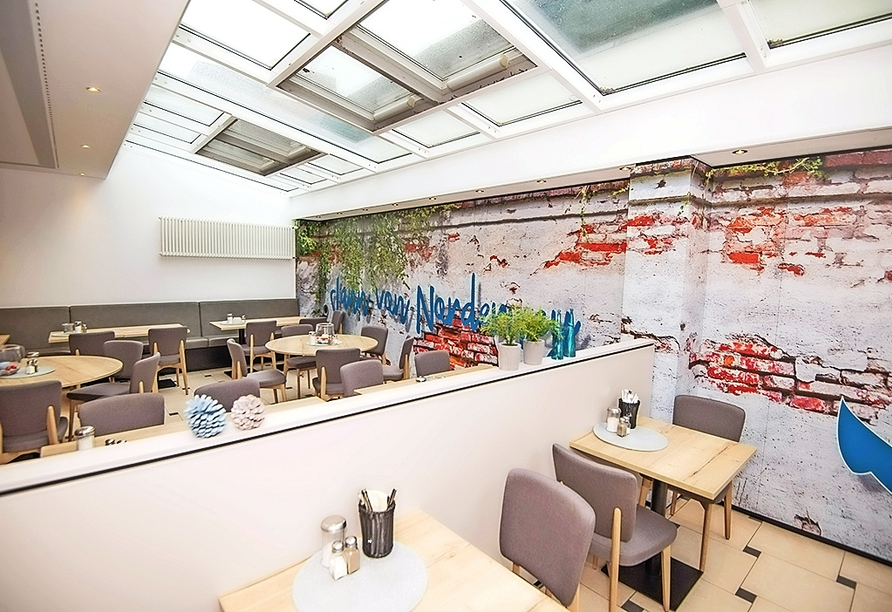 Der Frühstücksraum des Hotels empfängt Sie in hellem Ambiente.