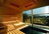Die Panorama-Sauna bietet einen grandiosen Ausblick auf die umliegende Landschaft.