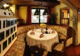 Leckeres Essen wird im Restaurant in traditionellem Ambiente aufgetischt.