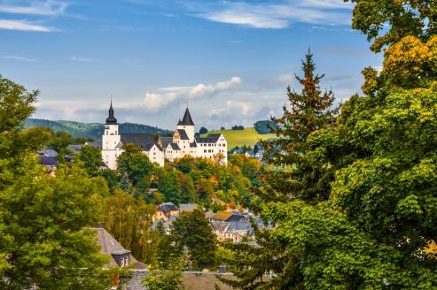 Besuchen Sie das im 12. Jahrhundert erbaute Schloss Schwarzenberg.