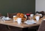Nutzen Sie den Brötchenservice oder kaufen Sie im Supermarkt selbst für ein leckeres Frühstück ein.