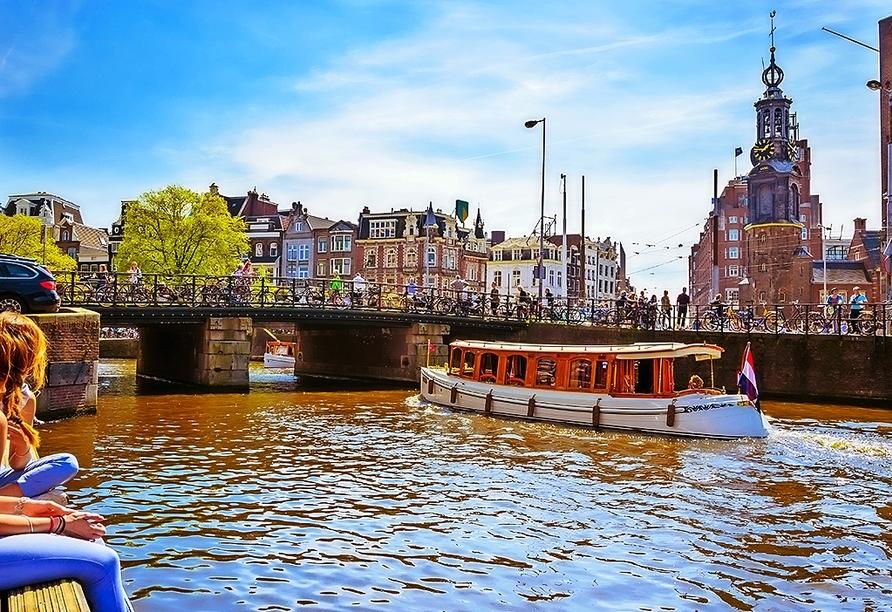 Entspannen Sie in der wunderschönen Innenstadt und schauen Sie den vorbeifahrenden Booten zu.