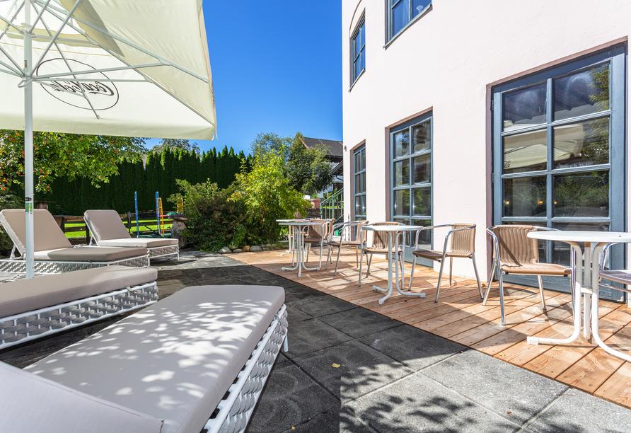Genießen Sie das schöne Wetter auf der Terrasse.