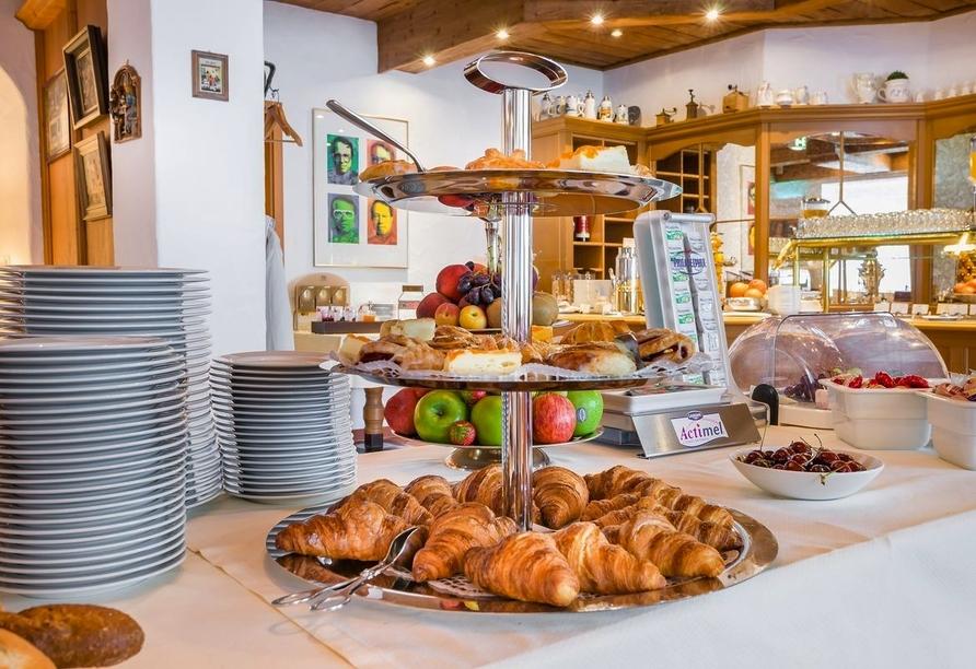 Genießen Sie am Morgen ein reichhaltiges Frühstücksbuffet.