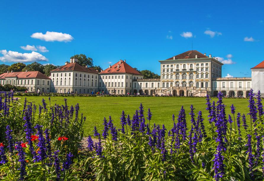 Auch das prunkvolle Schloss Nymphenburg mit Schlossgarten ist einen Besuch wert.