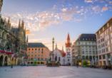 Der Marienplatz in München in ein schönes Licht getaucht