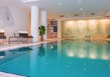 Der Wellnessbereich bietet unter anderem ein Hallenbad.