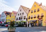 Die farbenfrohe Altstadt von Neumarkt in der Oberpfalz lädt zum Schlendern ein.