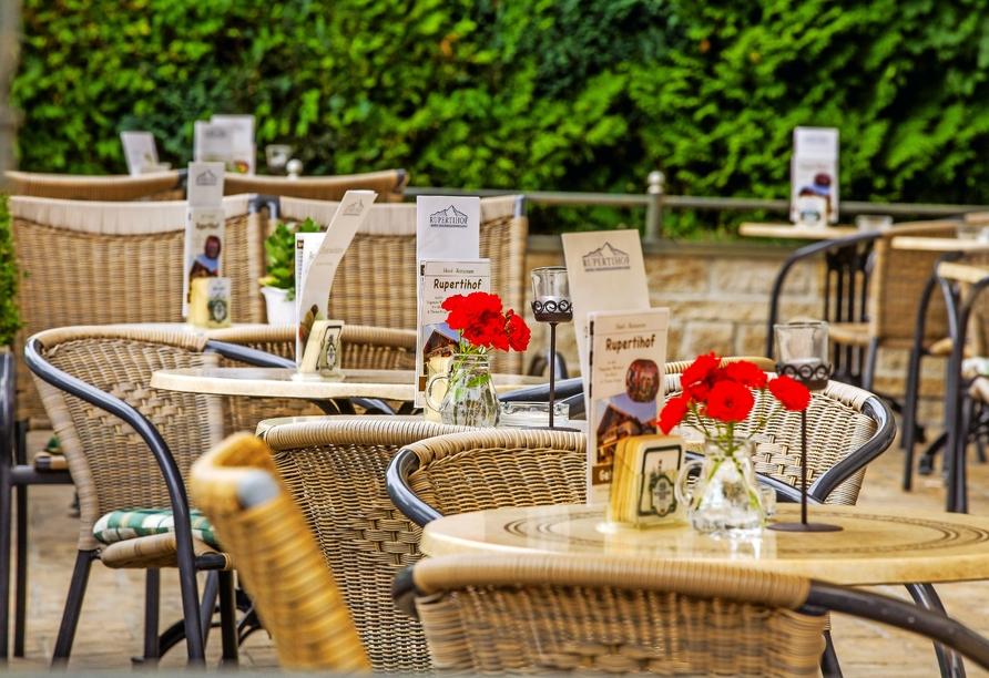 Nehmen Sie auf der Terrasse des Hotels Rupertihof in Ainring Platz.