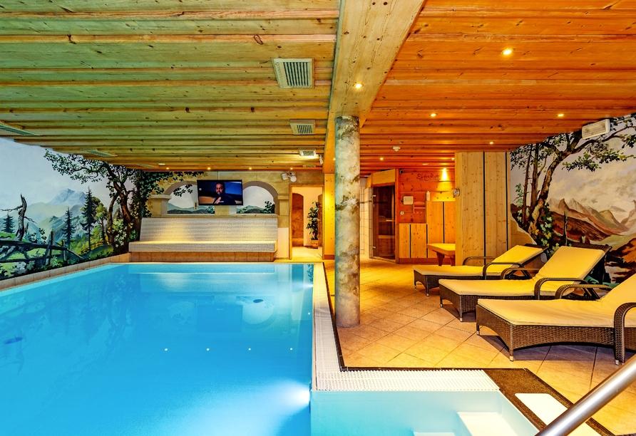 Ziehen Sie im Hallenbad des Hotels Rupertihof entspannt Ihre Bahnen.