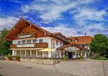 Das Hotel sieht typisch bayerisch aus.