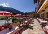 Genießen Sie die Sonnenstrahlen auf der Terrasse Ihres Hotels.