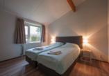 Schlafzimmerbeispiel im Bungalow vom Roompot Hof Domburg.