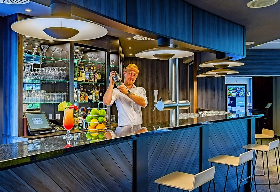 An der Bar des Hotels erwarten Sie leckere Getränke.