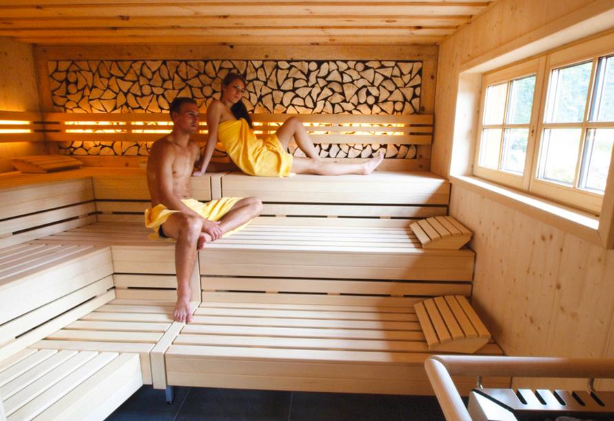 Die Sauna im Partnerhotel Waldhotel an Notschreipass bietet einen herrlichen Blick auf die umliegende Naturlandschaft.